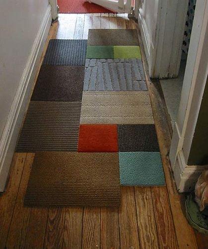 O Corredor também pode ser decorado. A dica é montar uma espécie de patchwork com tapetes de cores diferentes. Descolado e interessante!   Foto: www.revistaartesanato.com.br