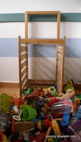 e10587b9e1 Imádom, hogy vannak hátul görgői, mert a helye egyébként a nappaliban van,  de nagyobb ünnepeknél áthúzom a gyerkőcök szobájába.